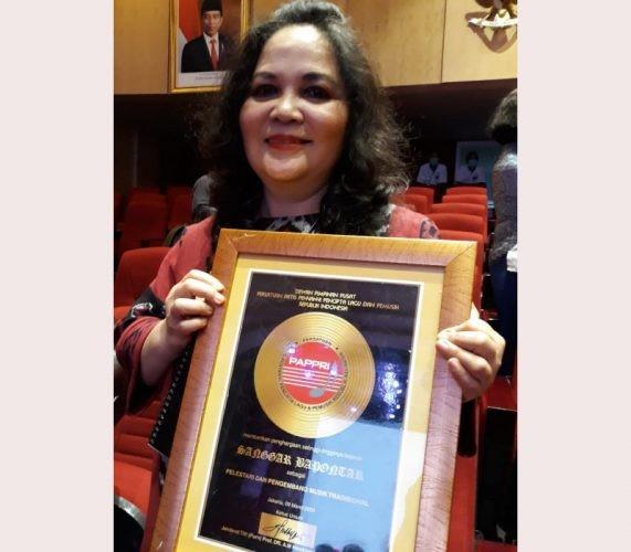 Sanggar Bapontar Pimpinan Beiby Sumanti Terima Anugerah Musik Indonesia